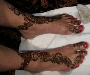removing henna paste from the bride's feet