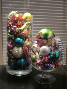 2 vases of ornaments